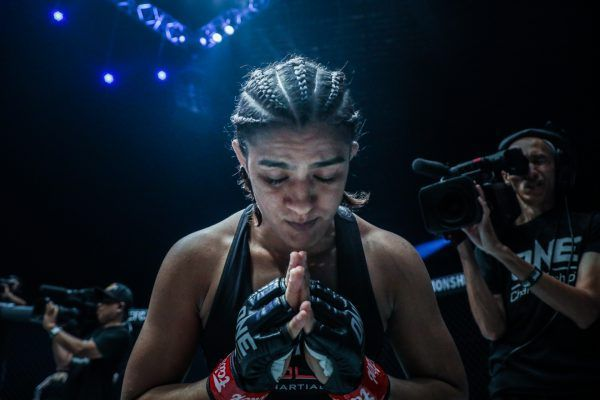 Indian martial artist Ritu Phogat prays before her upcoming bout