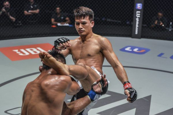 Shannon Wiratchai kicks Honorio Banario in the head