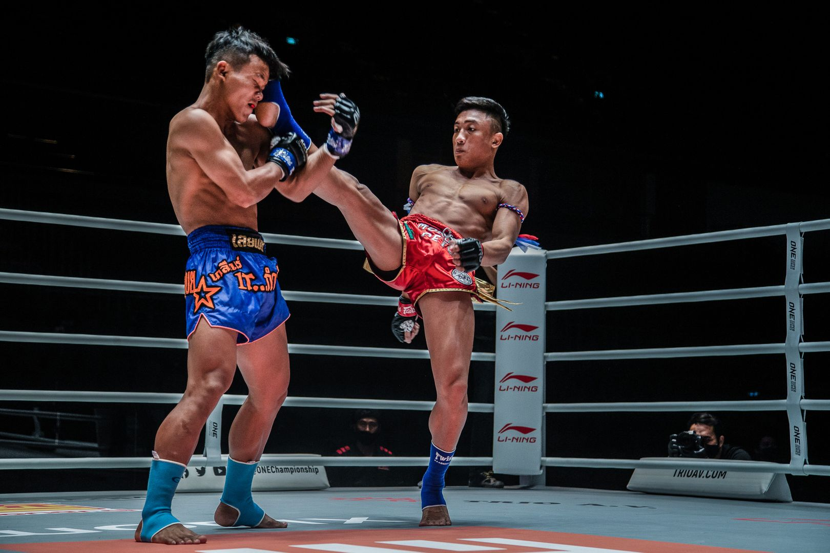 Muay Thai fighter Mongkolpetch Petchyindee Academy kicks Sok Thy in the face