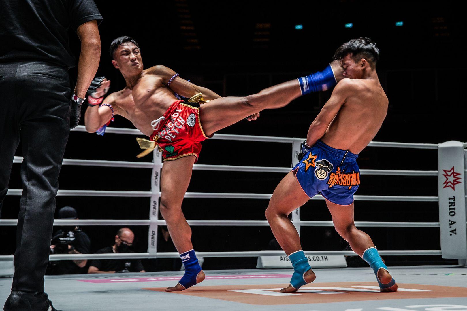 Muay Thai fighter Mongkolpetch Petchyindee Academy kicks Sok Thy in the head
