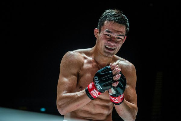 Muay Thai fighter Saemapetch Fairtex prays