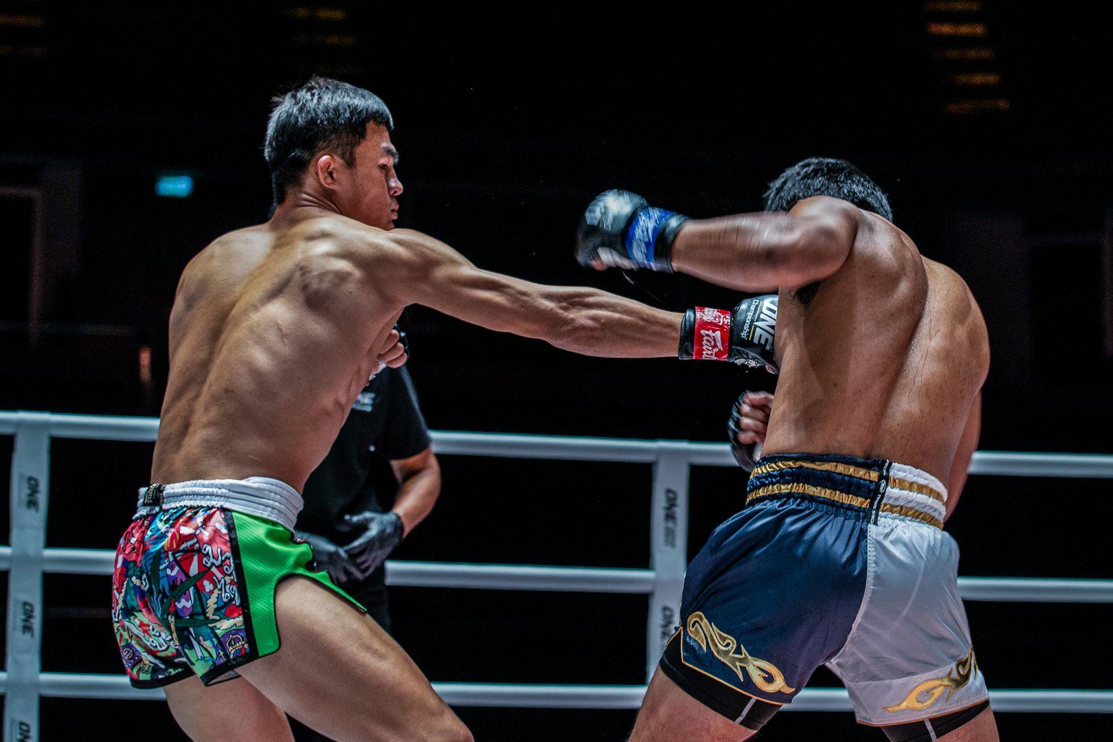 Muay Thai fighter Saemapetch Fairtex hits Rodlek in the ribs