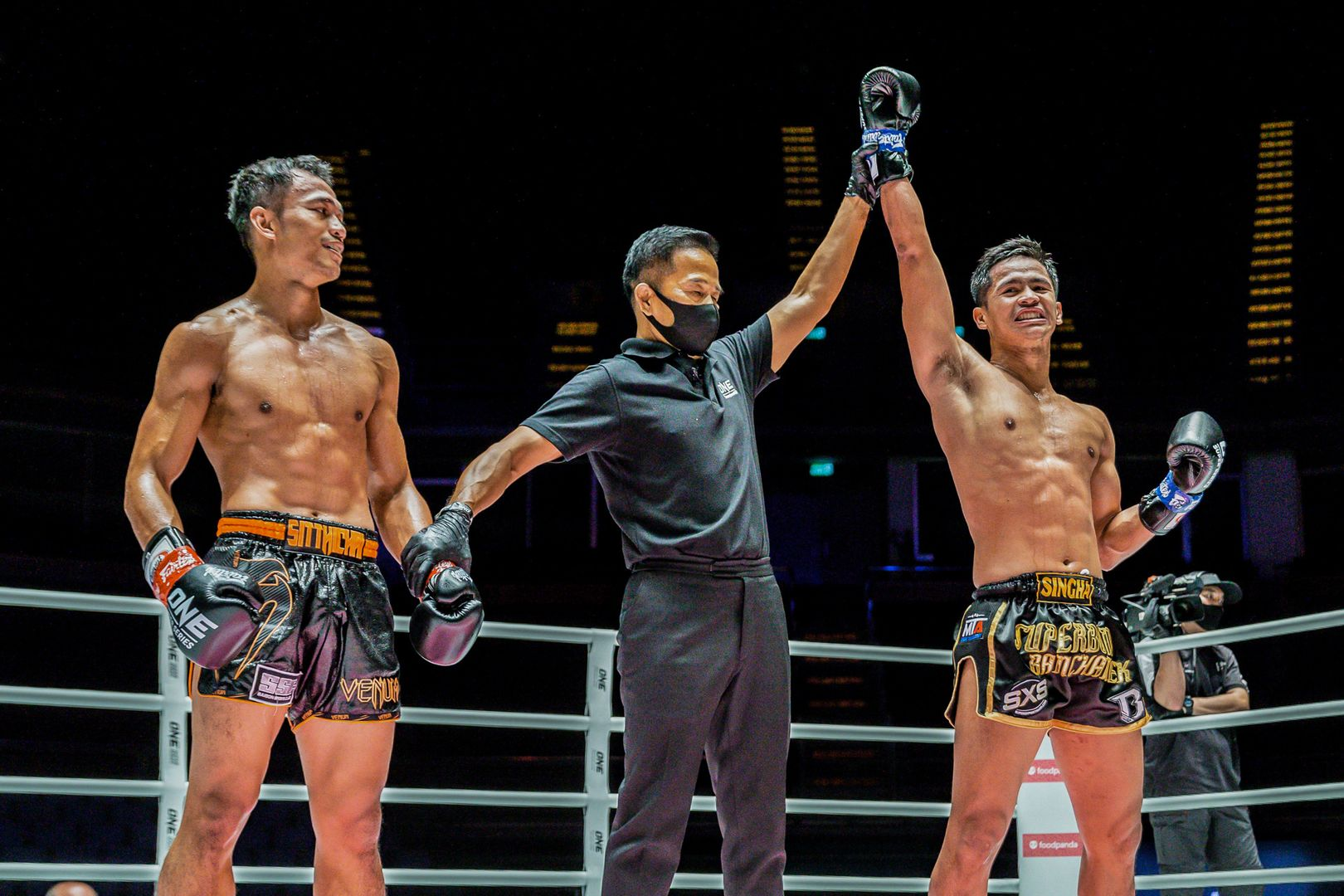 Thai boxer Superbon defeats Sitthichai Sitsongpeenong in their trilogy!