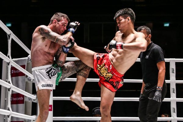 Pongsiri PK Saenchai Muaythaigym kicks Sean Clancy