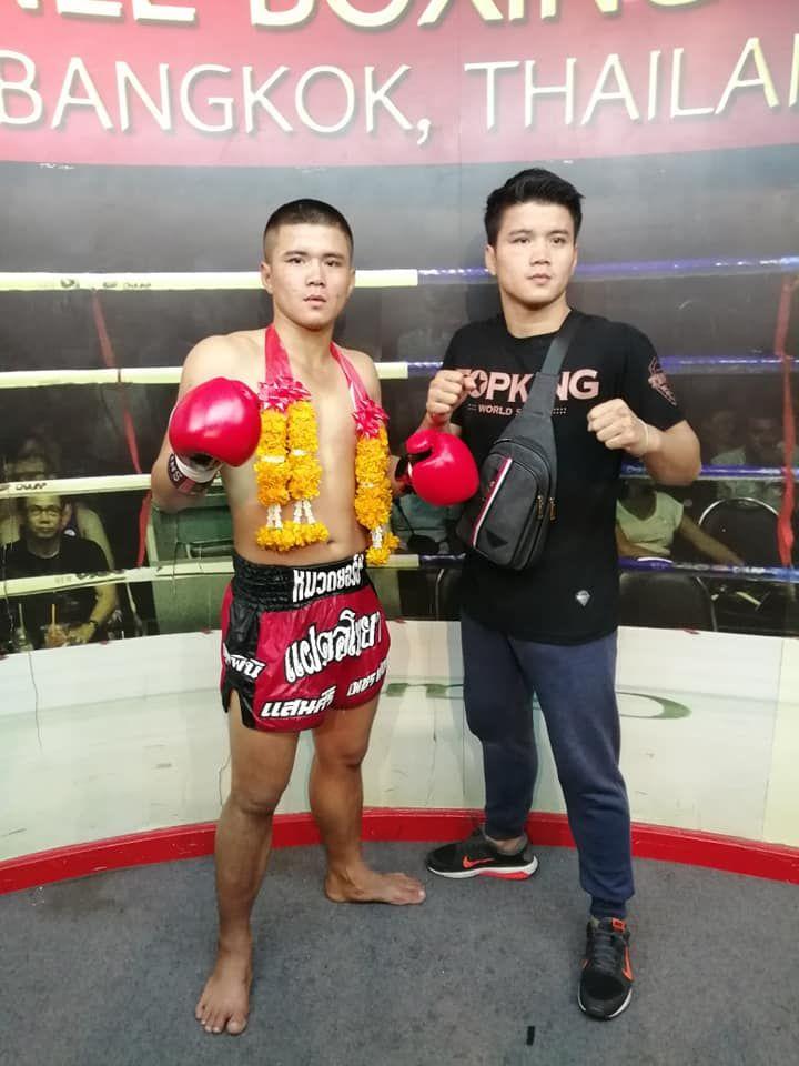 Pongsiri PK.Saenchai Muaythaigym poses with his twin brother, Sansiri