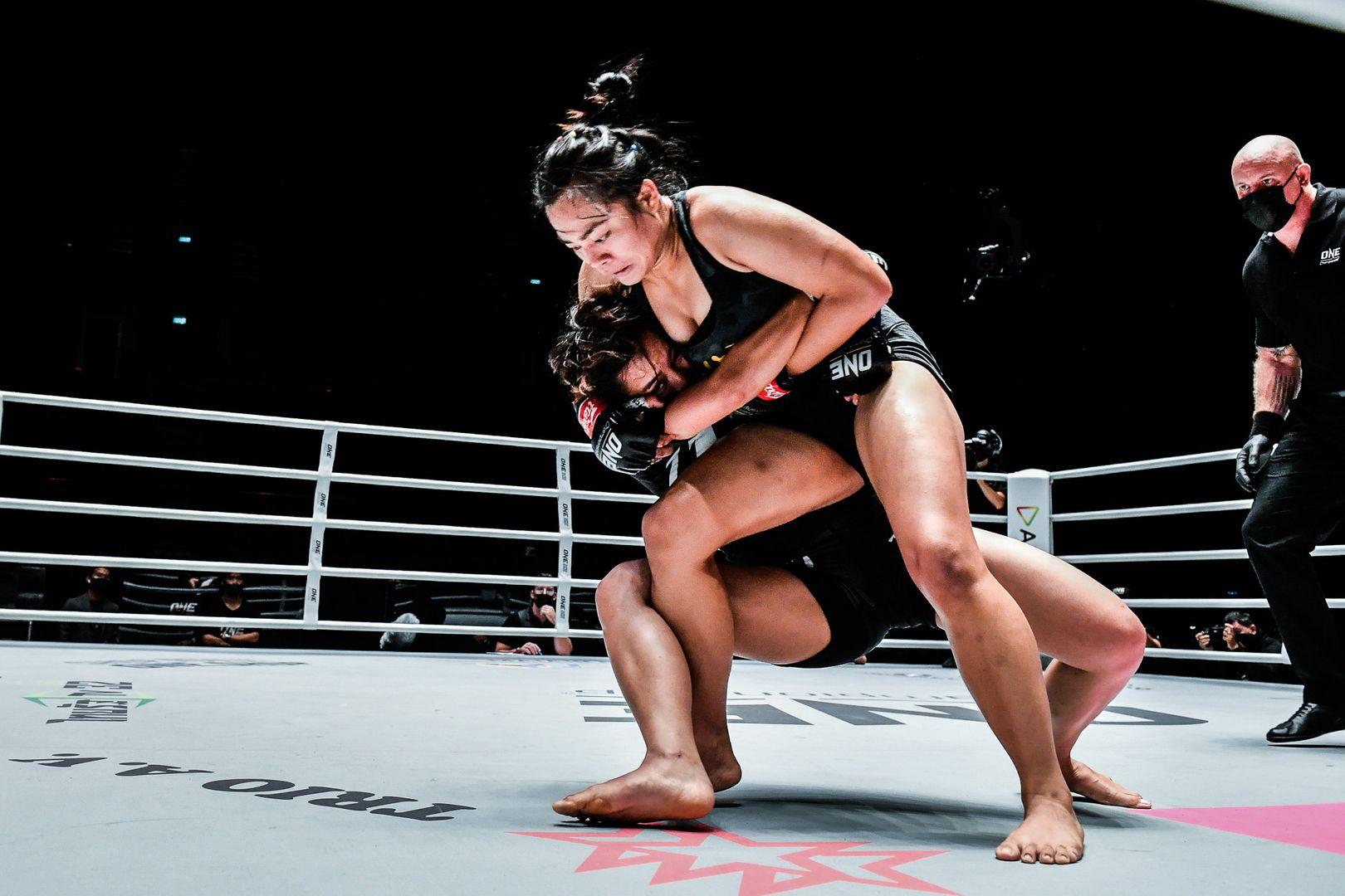 Srisen attempting a headlock against Rika ishige