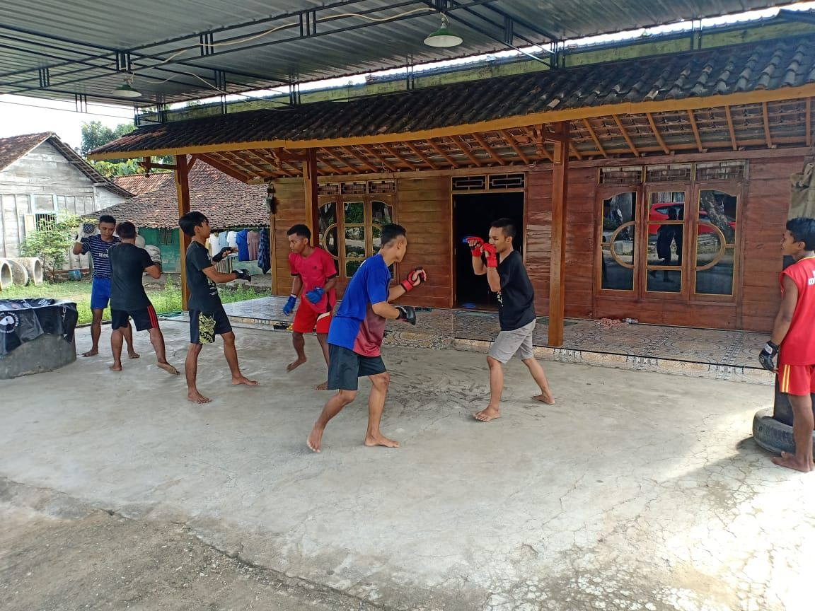 Students train at Sunoto's gym, Terminator Top Team