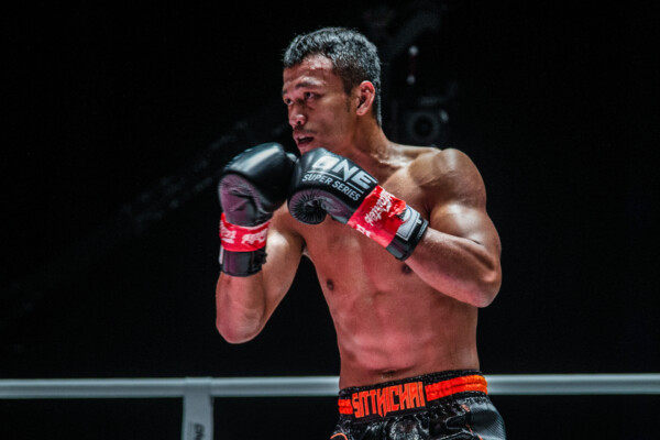 Sitthichai in his southpaw kickboxing stance