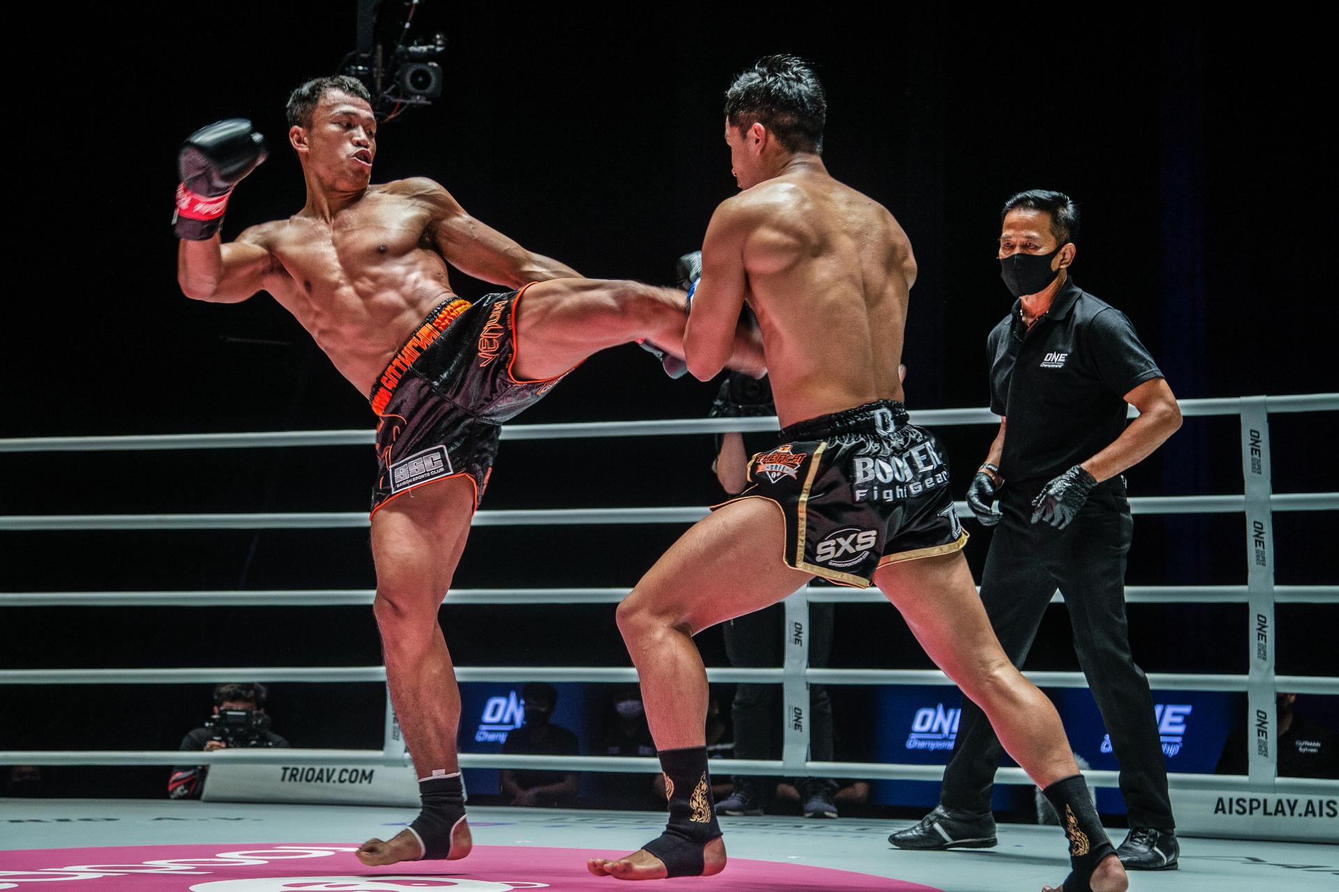 Sitthichai kicks Superbon
