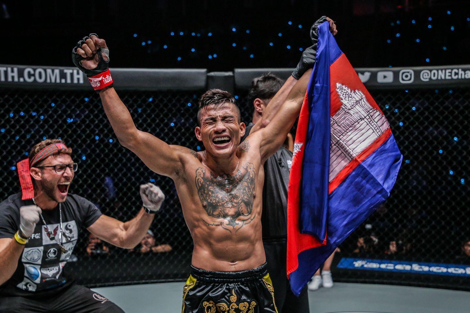 チャン・ロタナが「ONE:DREAMS OF GOLD」でグスタボ・バラートを倒した後、カンボジアの国旗でポーズをとる