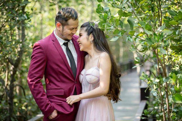 Muay Thai legend Yodsanklai IWE Fairtex and his fiancee's photo shoot