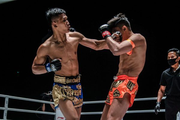 Muay Thai fighter Kulabdam delivers an uppercut to Sangmanee's head