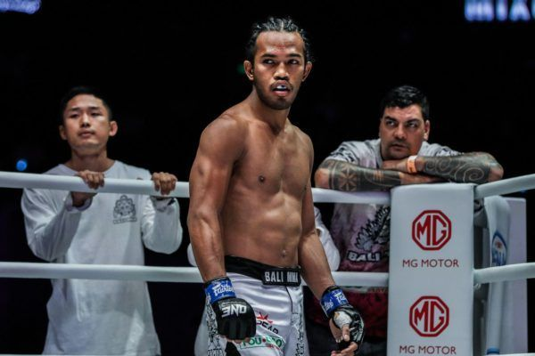 "Muhammad ""Jungle Cat"" Aiman melihat lawannya di ajang ONE: DAWN OF HEROES."