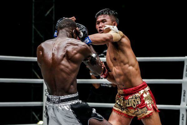 Kulabdam Sor. Jor. Piek Uthai fires his trademark left hand at Bobo Sacko