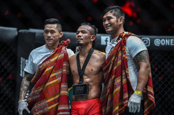 Tial Thang poses with his teammates and World Champions Aung La N Sang and Martin Nguyen