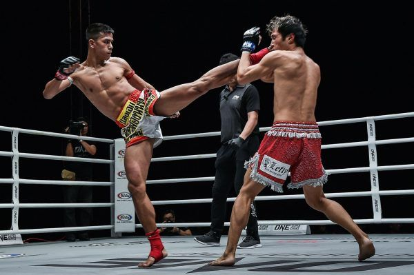 Muay Thai star Panpayak Jitmuangnon nails a head kick