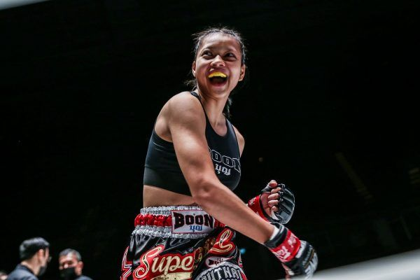 A very happy Supergirl Jaronsak Muaythai, who wins her debut