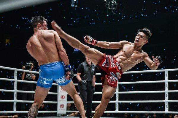 Reece McLaren narrowly evades Danny Kingad's high kick attempt at ONE: DAWN OF HEROES in Manila.