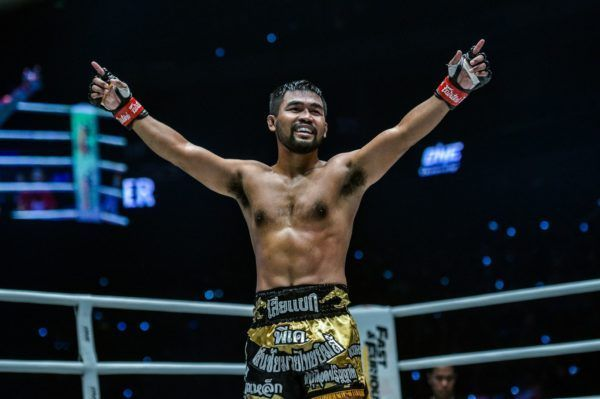 Rodlek PK.Saenchaimuaythaigym raises his hands at ONE: DAWN OF HEROES.