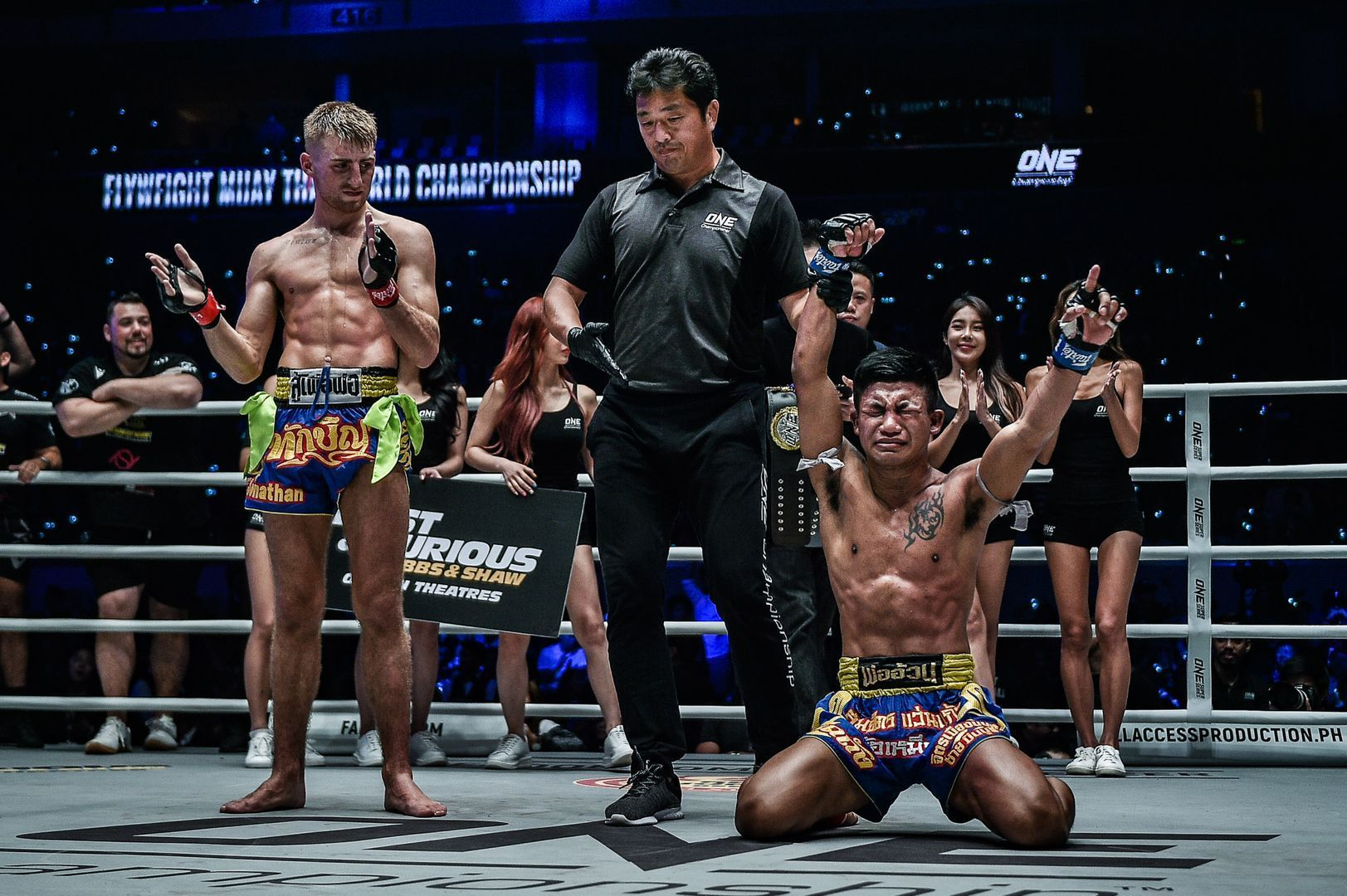 An emotional Rodtang Jitmuangnon drops to his knees as World Champion in Manila.